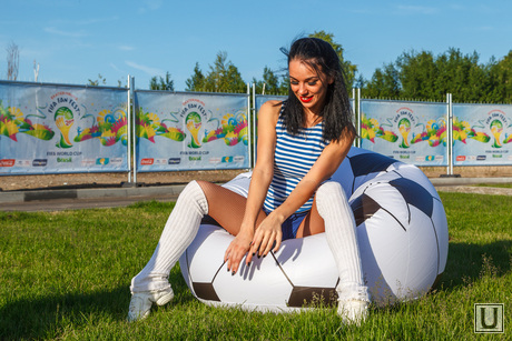 Матч Россия-Бельгия, трансляция в ЦПКиО. Екатеринбург, мяч, футбол, модель, красотка, секси