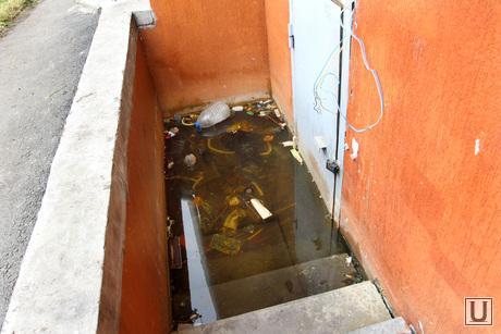 Дом по ул Чкалова 3 Курган, вода, мусор, дверь в подвал, вход затоплен
