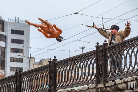 Антон Симаков вешает резинового Порошенко. Екатеринбург, симаков антон