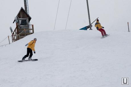 Голубые озера горка Курган, сноубордисты на горке