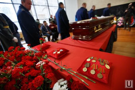 Прощальная церемония и отпевание Николая Васенина. Березовский, ордена, медали, гроб