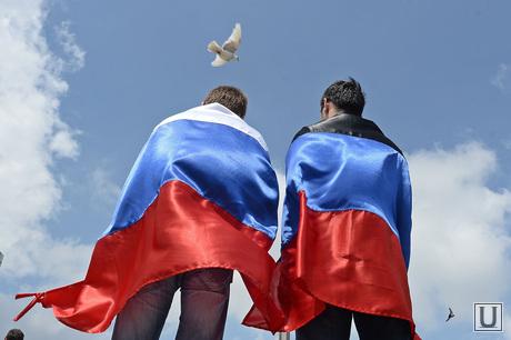 Митинг за мир в Донецке. Украина, флаг россии, триколор, голубь мира