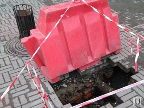 провал в Челябинске, провал, яма в тротуаре, заграждение