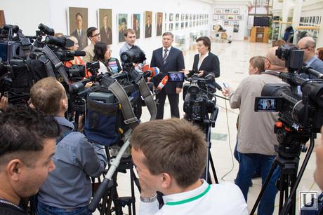 Комарова и Якушев. Пресс-конференция. Нижневартовск., комарова наталья, камеры, якушев владимир, съемка, пресс-конференция, журналисты