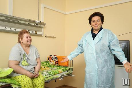 Визит Комаровой в ожоговое отделение городской клинической больницы г.Сургута, больница, комарова наталья, халат, палата