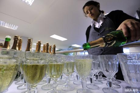 Церемония открытия Фестиваля неправильного кино в ККТ Космос, шампанское, бокалы с шампанским
