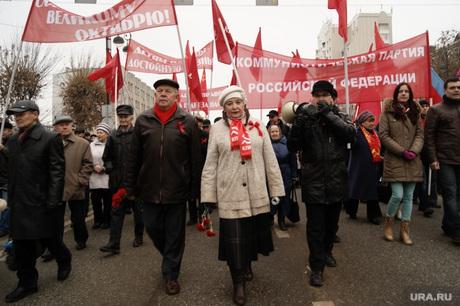 Шествие коммунистов в Тюмени , флаги кпрф, шествие коммунистов, колонна