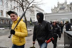 Верховная Рада в руках оппозиции. Майдан. Киев. Украина, боец, оппозиция, радикалы, бейсбольная бита