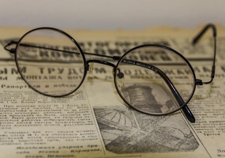 Клипарт. Челябинская область, газета, старость, очки, зрение, слепота, архив, окулист