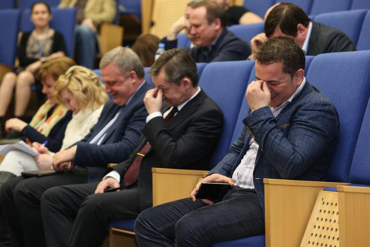 Публичные слушания по выборам главы города. Сургут, смех, держится за нос