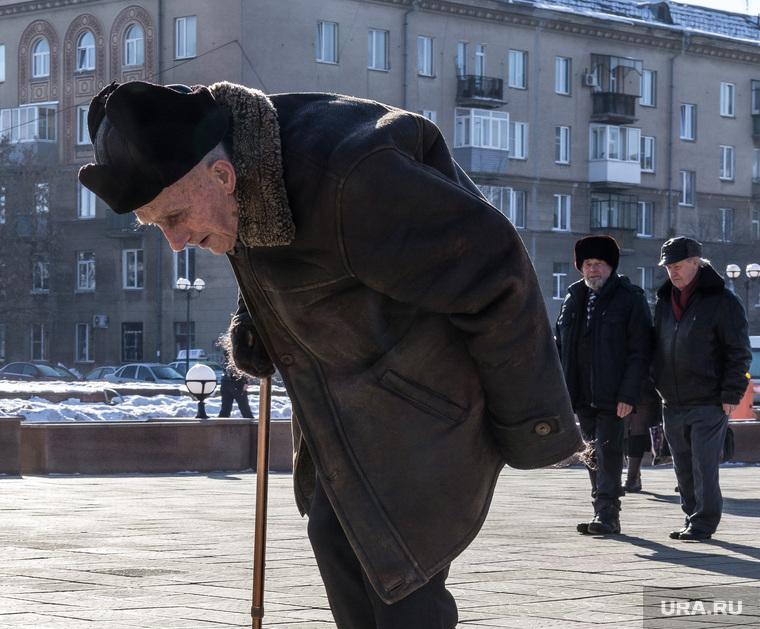 Вручение наград ветеранам ВОВ. ДТиМ. ДК им. Орджоникидзе. Магнитогорск, старик, пенсионер с палочкой