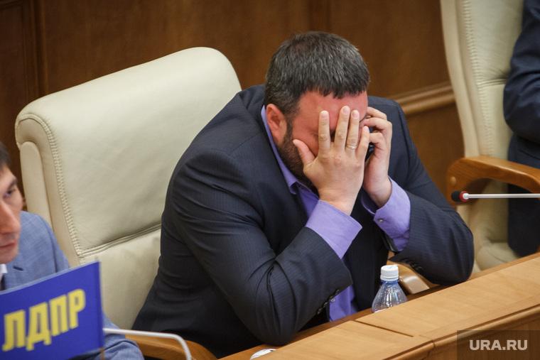 Заседание законодательного собрания Свердловской области. Екатеринбург, носков денис, закрыл лицо руками