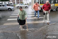 Наводнение. Потоп. Стихия. Челябинск., пешеход, вода, потоп, старуха