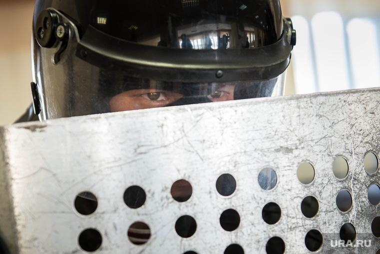 Евгений Куйвашев в Хомутовке., омон, охрана, полиция россии, щит