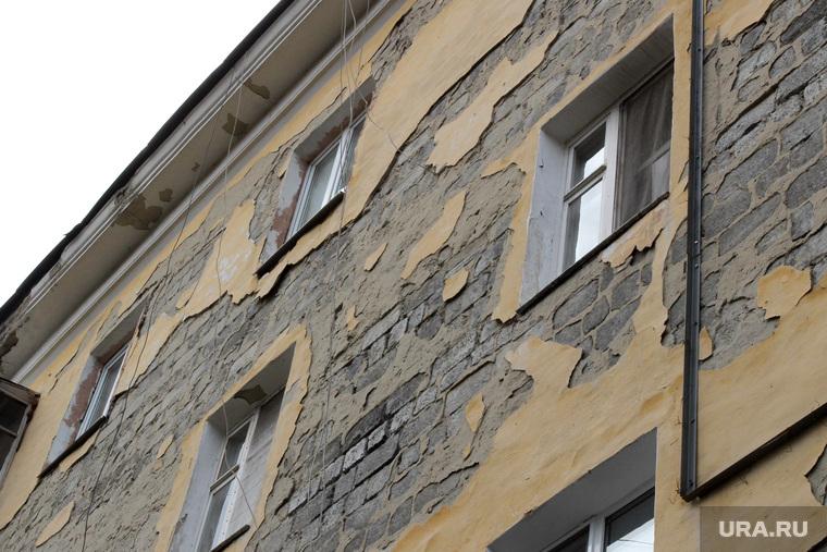 Фасады зданий Курган, улица коли мяготина74, отвалившаяся штукатурка, фасад здания аварийный