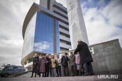 Возложение цветов к Ельцину. Екатеринбург, памятник ельцину