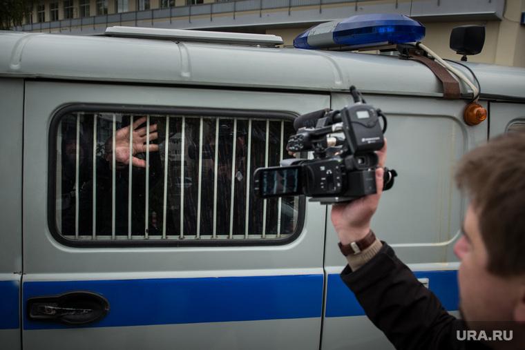 Допрос Ройзмана. Екатеринбург, рука, арест, тюрьма, за решеткой, заключенный, коробок, прощание, полиция, задержание