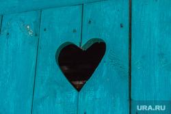 Деревня Шапша. Строительство храма. Ханты-Мансийский район., туалет, деревня, сердечко