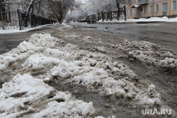 Город- снег грязь  Курган, мокрый снег, грязь на дороге