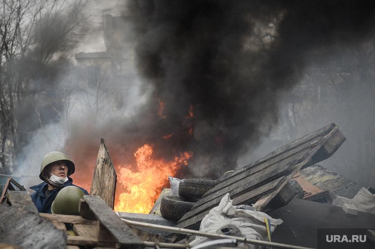 Майдан. Украина. Киев. 20.02.2014, дым, баррикады, боец, беспорядки, огонь
