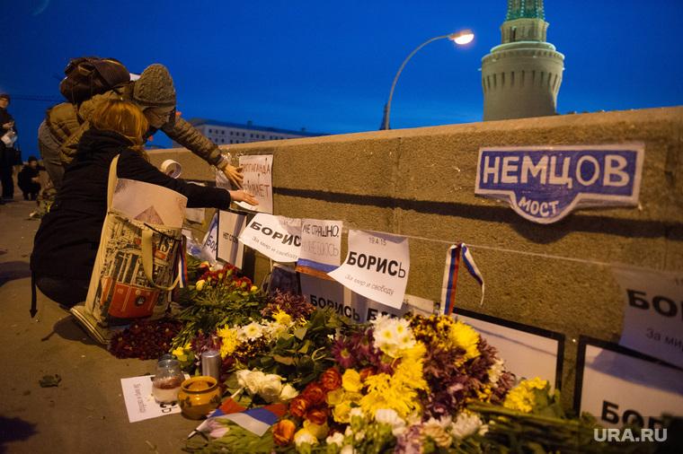 Люди несут цветы на место гибели Бориса Немцова после того, как мемориал был разрушен ночью. Москва, цветы немцов