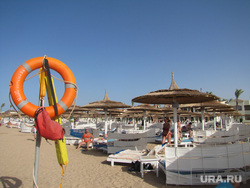 Египет, отдых туристов, спасательный круг, пляж, аравийская пустыня