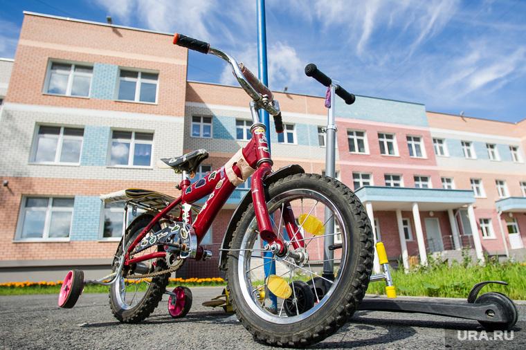 Детский сад №33 на улице Юлиуса Фучика, 5а. Екатеринбург, велосипед, дети, детский сад 33, улица юлиуса фучика5а