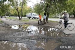 Курган , грязь, лужа на тротуаре