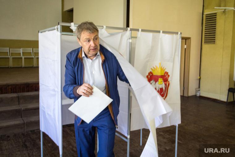 Предварительное голосование от партии «Единая Россия». Магнитогорск, кабинка для голосования, праймериз, бахметьев виталий