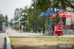 Точки продажи воды в центре Екатеринбурга, набережная исети, уличная торговля
