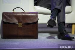 """Форум """"Открытые инновации"""". Москва, политик, чиновник, портфель, ноги, деловой стиль, бизнесмен"""