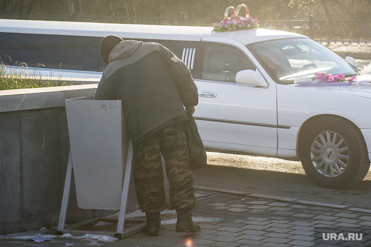Клипарт. Екатеринбург, бомж, мусорный бак, бездомный, бедность, нищета, бродяга, лимузин