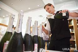 Открытие выставки картин Евгении Акуловой «Smooth graffiti». Екатеринбург, официант, шампанское
