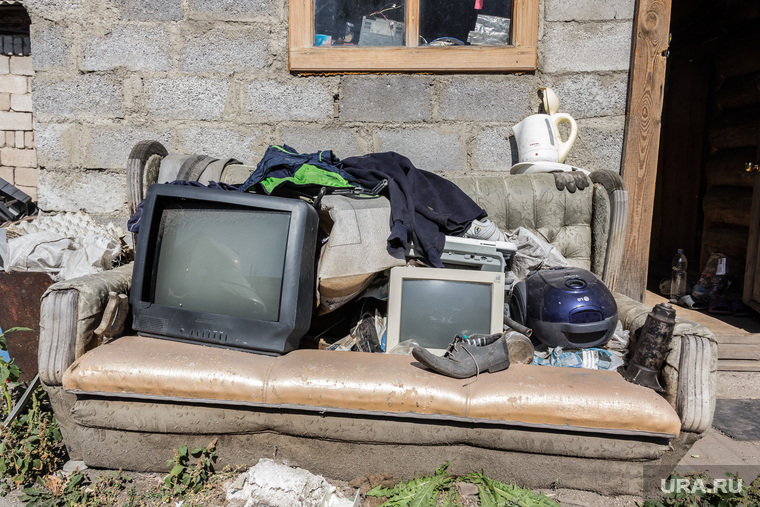 На мусороперерабатывающем заводике. Магнитогорск, чайник, телевизор, монитор, ботинок, диван, пылесос, хлам, свалка