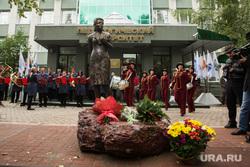 Открытие памятника первой учительнице. Сургут, Памятник учительнице