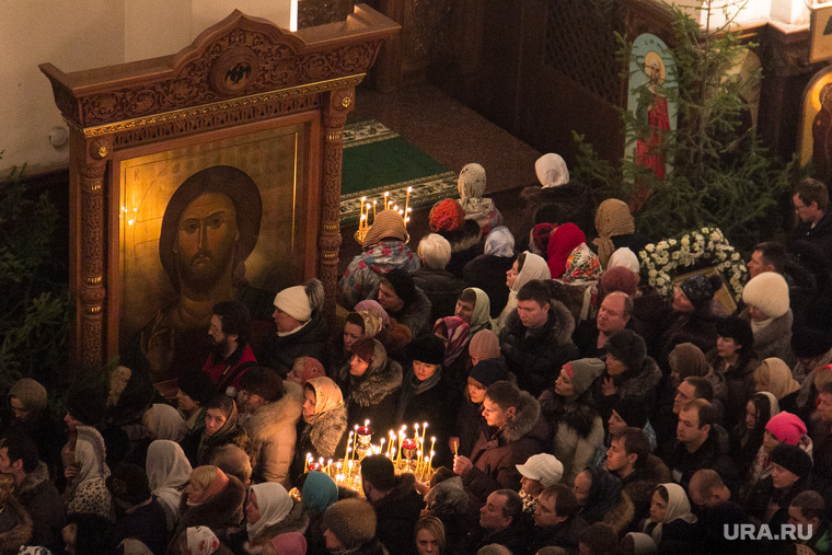 Ночная рождественская служба в Кафедральном соборе Магнитогорска., икона, богослужение, храм, молитва, верующие, церковь, образ