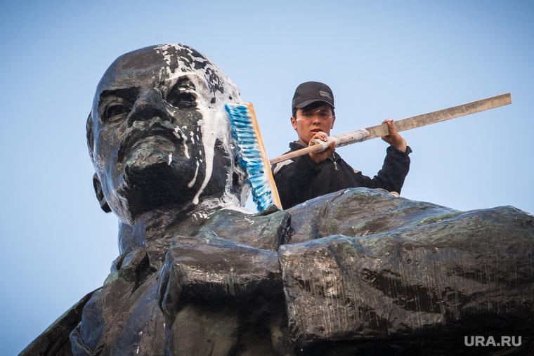 Мойка памятника Ленину на площади 1905 года. Екатеринбург, памятник ленину, мойка, чистка, щетка, спа