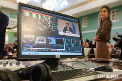 Пресс-конференция губернатора Свердловской области Евгения Куйвашева, посвященная итогам 2016 года. Екатеринбург, куйвашев евгений, трансляция, компьютер