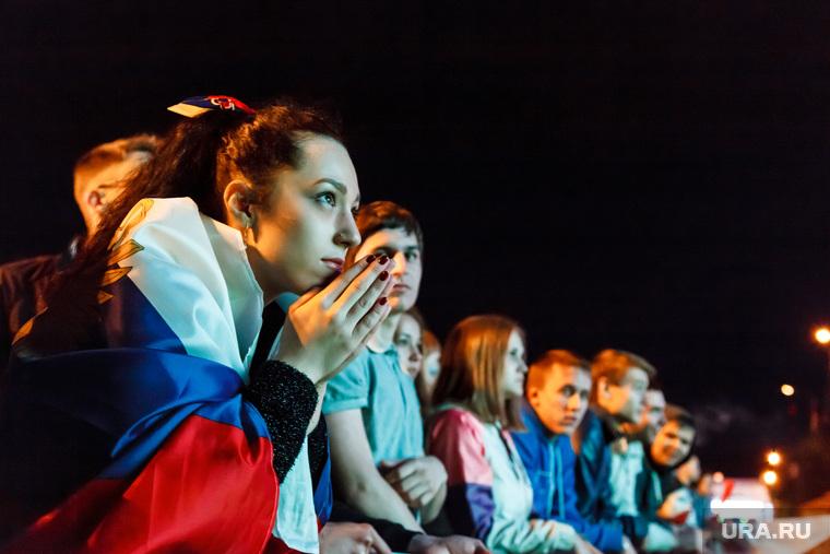 Матч Россия-Алжир, трансляция в ЦПКиО. Екатеринбург, девушка, молитва, болельщики, флаг россии