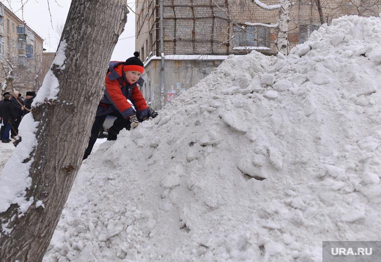 Выезд по уборке снега. Челябинск., снег, двор, горка, мальчик