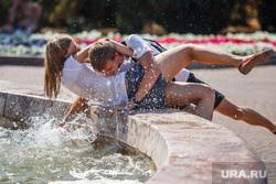 Жизнь Екатеринбурга в жару, фонтан, вода, веселье, брызги, лето, жара, отдых горожан, молодежь, студенты