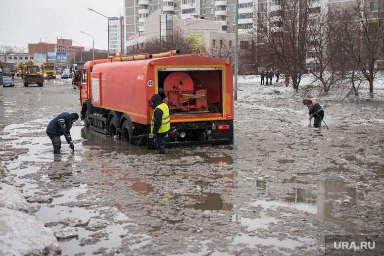 Коммунальная авария на Крестинского. Екатеринбург, коммунальная авария, жкх, прорыв водовода, потоп
