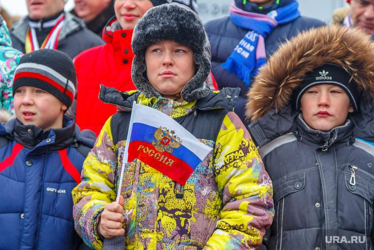 Поездка Е.В. Куйвашева в Туринский городской округ., холод на улице, патриотизм, флаг россии, куртки, мальчики