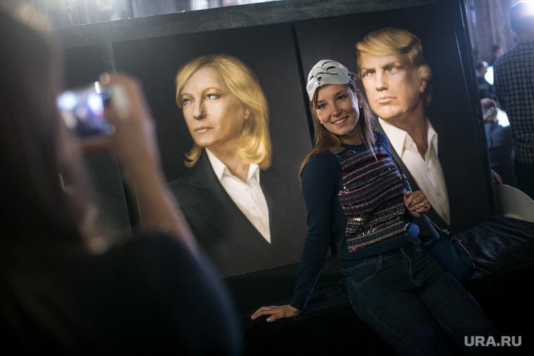 Инаугурация Трампа. Москва, маска гая фокса, портрет трампа, девушка фотографируется