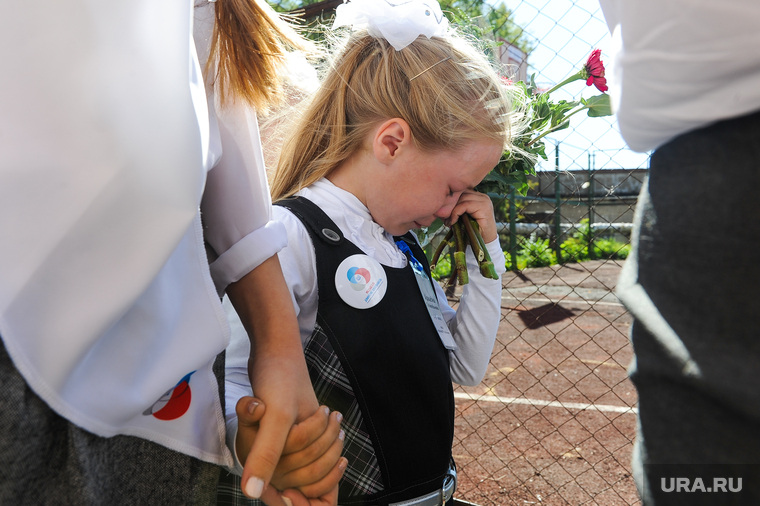 1 сентября линейка в школе 107 Челябинск, слезы, школа, первоклашка
