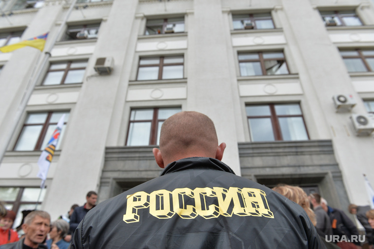 Ситуация на востоке Украины. Взятие прокуратуры. Луганск, россия, захват прокуратуры, бритоголовый, лысина