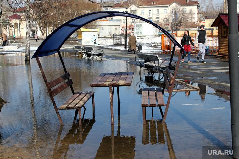 Горсад Курган, городской сад, скамейки в воде