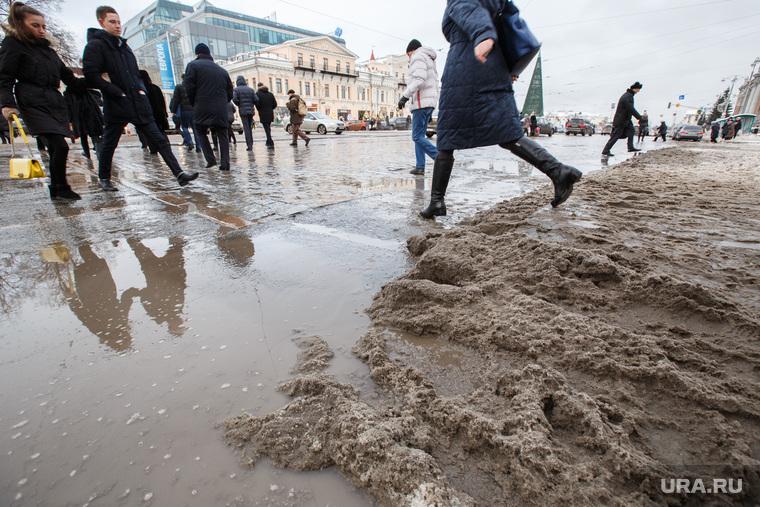 Лужи, грязь, снег в городе. Екатеринбург, лужи, грязь, пешеходы, грязный снег, горожане, екатеринбуржцы