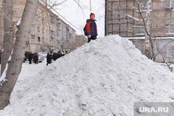 Выезд по уборке снега. Челябинск., снег, двор, горка, куча