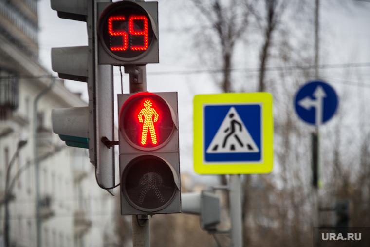 Фонари без абажуров. Запсибкомбанк. Екатеринбург, светофор, пешеходный переход, дорожное движение